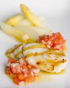 Kort gegrilde kabeljauw met witte asperges en een vierge van tomaat
