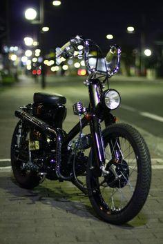 """完成後、TV Showやら、雑誌撮影やら何やらかんやらで、長きに渡りお預かりいたしておりました""""Bloody""""ですが、いよいよオーナー様の元へ...メディ... Honda Cub, Motorcycle Style, Anaconda, Mini Bike, Bike Design, Custom Bikes, Bobber, Cubs, Cars Motorcycles"""