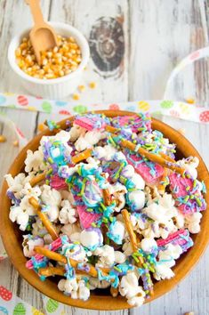Bunny bait snack mix is the perfect Easter treat for kids and adults alike. Plus… Bunny bait snack mix is the perfect Easter treat for kids and adults alike. Plus, don't forget to leave some out for the Easter bunny! Cute Easter Desserts, Easter Snacks, Easter Treats, Easter Recipes, Dessert Recipes, Salty Snacks, Yummy Snacks, Bunny Bait, Sweet And Salty