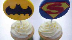 Faire des cupcakes Superman et Batman, recette simple et rapide