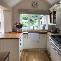 Küche im Shaker-Stil - Living inspiration - cottage kitchens Small Kitchen Diner, Cosy Kitchen, Open Plan Kitchen Living Room, Home Decor Kitchen, New Kitchen, Country Kitchen Diner, Kitchen Ideas, Cottage Kitchens, Home Kitchens