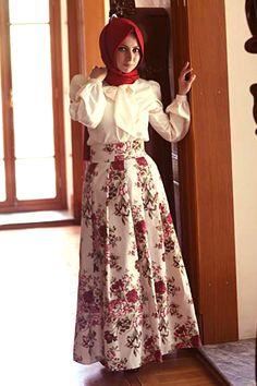 Tesettür giyimlerinde özel olmayı seven bayanların vazgeçilmez tasarımcısı Kübra Biriktir'in tasarımı olan krem rengi çiçek desenli pileli etek, 102 cm olup, kumaşı duck ketendir ve astarı bulunmaktadır.