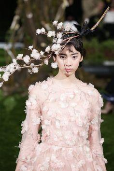画像: 151/166【Dior】 Christian Dior, Dior Haute Couture, Fashion Show, Fashion Design, Her Hair, Cute Girls, Natural Hair Styles, Gowns, Boho