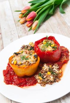 Vegetarisch gefüllte Paprika mit Quinoa, Fetakäse und Gemüse in Tomatensoße!