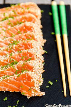 Tataki de salmon con sesamo - Receta paso a paso Fish Recipes, Seafood Recipes, Asian Recipes, Cooking Recipes, Tapas, My Favorite Food, Favorite Recipes, Salmon Sashimi, Healthy Recepies