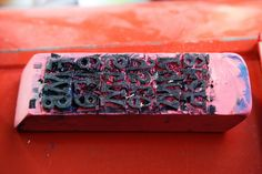 Une gomme tampon avec lettres collées (tout simple à faire !)