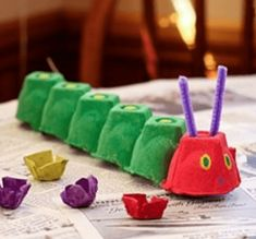 The Very Hungry Caterpillar Egg Carton Craft--perfect for our Eric Carle week at. - The Very Hungry Caterpillar Egg Carton Craft–perfect for our Eric Carle week at homeschool. Kids Crafts, Toddler Crafts, Preschool Crafts, Toddler Activities, Projects For Kids, Diy For Kids, Easy Crafts, Family Crafts, Activities For Kids