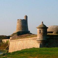 le Fort de la Hougue qui se dresse sur la côte est du Nord-Cotentin, sur l'île de Tahitou ( 1694 )
