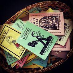Passar pelo Recife sem conhecer a literatura de cordel não vale! No Centro de Artesanato de Pernambuco, no Recife Antigo, tem uma variedade enorme! Recomendação de @Julia Salgueiro #recifedebolso