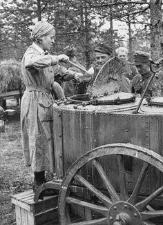 Jatkosodan aikana yhä useampi pikkulotta lähti komennuksella rintamalle. History Of Finland, Military Food, Ww2 Photos, 12 Year Old, Female Images, Military History, World War Two, Historical Photos, Denmark