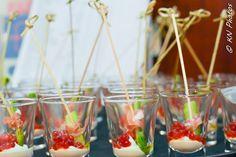 Envoltines de arpargo e parma com ovas frescas de salmão. #fingerfood #captainsbuffet #wedding