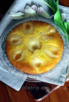 Gâteau renversé à la poire  ༺༻ ༺༻ ༺༻༺༻ ༺༻༺༻ ༺༻ ༺༻ ༺༻༺༻ INGRÉDIENTS: 7 demis- tranches de poires au sirop 80 g de sucre + 20 g pour le moule 100 g de farine 100 g de beurre + un morceau pour le moule 100 g de sucre 2 œufs 4 c.à.soupe de sirop de poires...