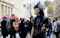 lily-gatins_lereport%C2%A9SophieMhabille-allblack-women-street-style-fashion-paris-980x626.jpg