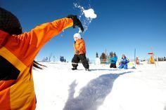 Urlaub mit Kindern im Hotel Sonnhof. Spielen im Schnee im Salzburger Land Österreich