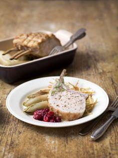 Feestelijk varkenskroontje met veenbessen, witloof en stro-aardappeltjes