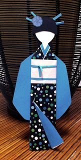 Muñeca hecha con papel de diferentes estampados, estilo japonés.