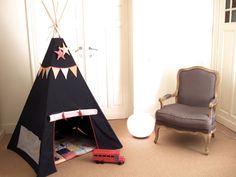 Un, deux, trois tipis... A chaque chambre, sa cabane. Faute de pouvoir sortir jouer aux indiens dans les bois, il faut s'évader bien au chaud à l'intérieur... Quatre bouts de bois, quelques mètres ...