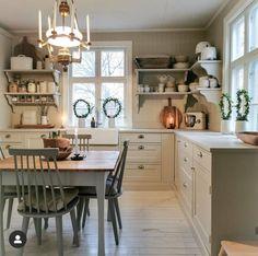 Big Kitchen, Country Kitchen, Kitchen Dining, Kitchen Decor, Cottage Kitchens, Home Kitchens, Cozy House, Kitchen Remodel, Sweet Home