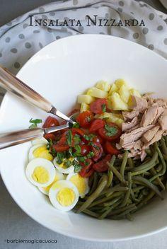 L'insalata nizzarda è una ricetta estiva a base di fagiolini, uova, pomodorini, tonno, patate e basilico perfetta per i pranzi veloci o la famosa schiscetta da ufficio. È un piatto