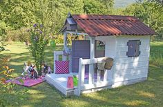 Le résultat de la rénovation de la cabane qui a presque 10 ans : un peu de scie sauteuse, des vis, du ponçage, de la récupération (beaucoup...
