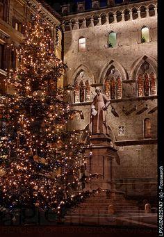 Palazzo Salimbeni with statue of Sallustio Bandini, Siena, Italy. #siena #borgogrondaie