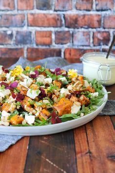 Salat Med Bagte Søde Kartofler, Feta Og Valnødder - Opskrift På Salat - Salat med bagte søde kartofler er en af mine favorit salater. Det her er en fantastisk lækker salat med søde kartofler, feta og valnødder. Den er lækker alene og kan nydes til frokost. Salaten er også godt tilbehør til aftensmaden, grillmaden eller bare med lidt brød til. Den er nem at lave og en favorit herhjemme. Søde kartofler, feta, rucola og valnødder går bare perfekt sammen! #Salat #Tilbehør #Feta Salad Recipes, Healthy Recipes, Healthy Foods, Mozzarella, Cheddar, Cobb Salad, Salsa, Recipies, Vegetarian