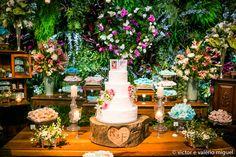 Mesa de doces em tema praiano tropical bem moderninho, com uma paleta de cores colorida e elementos rústicos.
