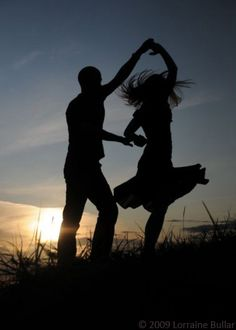 silhouette of happiness.I love silhouettes Shall We Dance, Lets Dance, Silhouette Fotografie, Silhouette Photography, Photocollage, Photo Couple, Belle Photo, Silhouettes, In This Moment
