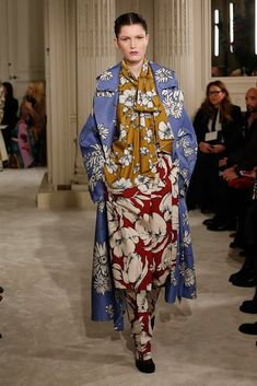 The complete Valentino Spring 2018 Couture fashion show now on Vogue Runway. Fashion Week 2018, Fashion Now, Runway Fashion, Fashion Looks, Valentino Couture, Style Haute Couture, Spring Couture, Collection Couture, Fashion Show Collection