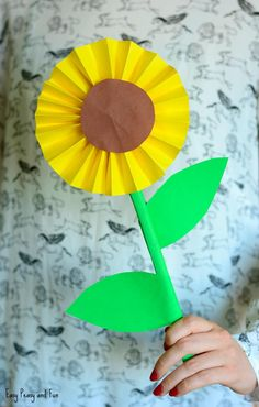 Sunflower Paper Craft Idea - Easy Peasy and Fun Easy Arts And Crafts, Easy Paper Crafts, Fall Crafts, Diy Crafts For Kids, Diy Paper, Craft Ideas, Diy Ideas, Paper Crafting, Paper Flower Wreaths
