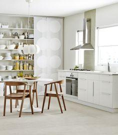 Les armoires de cuisine APPLÅD complètent parfaitement le look tendance de la suspension STOCKHOLM