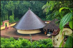 Kaviyoor Mahadevar Temple has a unique style of architecture and is one of the oldest temples Kerala Travel, Kerala Tourism, India Travel, Kerala Architecture, Temple Architecture, Sanctum Sanctorum, Kerala Houses, Amazing India, Kerala India
