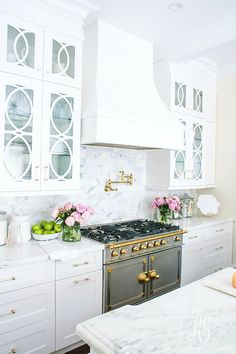Soothing Summer Home Tour 2017 - Neutral Transitional Home Decor. White kitchen with marble countertops craftsman cabinets and polished brass. La Cornue Fe range and glass cabinets. Blue ginger jars are to die for! Home Interior, Interior Design Kitchen, Kitchen Decor, Kitchen Styling, Simple Interior, Rustic Kitchen, Country Kitchen, Vintage Kitchen, Modern Interior