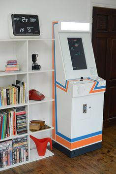Replay Arcade Machine (via http://www.amusement.net/fr/2012/08/21/retro-gaming-avec-classe-grace-a-larcade-replay/)
