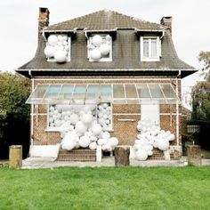 Charles+Pétillon+fills+abandoned+spaces++with+white+balloons