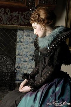 Elizabethan court gown with tudor corset, ruff and cuffs and blue changeant overskirt. circa 1587. love the colors portrayed here.