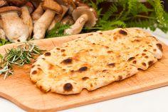 La pinsa romana è considerata l'antenato della pizza ed è un lievitato altamente digeribile che si prepara con farina di frumento, di riso e di soia Empanadas, My Favorite Food, Favorite Recipes, Pain Pizza, Love Pizza, Appetisers, Antipasto, Street Food, Finger Foods