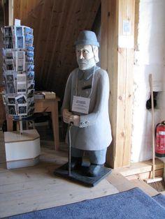 Sastamala Tyrvään Pyhän Olavin kirkon vaivaisukko. Kirkko on tuhopolton jälkeen rakennettu, kiviseiniä lukuunottamatta, uudelleen. Kirkko on saanut myös uuden vaivaisukon. Wooden Sculptures, Finland, Riding Helmets, Carving, Statue, Wood Carvings, Sculptures, Printmaking, Sculpture
