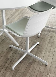 lemanoosh:  http://www.lammhults.se/products/chairs-armchairs/gra...