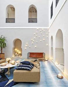 Pentagon-shaped tiles cover the floors of this Moroccan home courtyard. Home Staging, Marrakech, Ikea, Internal Courtyard, Building Design, Elle Decor, Decoration, 18th Century, Outdoor Spaces