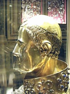 """""""Saint January"""" - reliquary bust (Detail) - gilded silver - French artists: Étienne Godefray, Guillaume de Verdelay, Milet d'Auxerre (1305) - Naples, Treasure chapel in Cathedral 