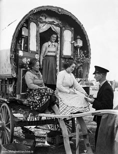 Irish Photo Archive - October 1952 - A Traveller family in their traditional horse-drawn, highly decorated wagon arrive at Ballinasloe Horse Fair. Gypsy Caravan, Gypsy Wagon, Old Pictures, Old Photos, Vintage Photos, Erin Go Braugh, Gypsy Home, Indiana, Gypsy Living