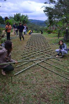 como fazer construcoes de casas de bambu - Pesquisa Google Bamboo Roof, Bamboo Trellis, Bamboo Art, Bamboo House, Bamboo Crafts, Bamboo Garden, Bamboo Fence, Bamboo Building, Eco Buildings