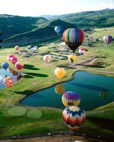Volar en globo aerostático.