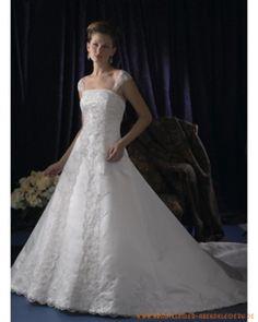 Aufwändiges wunderschönes Brautkleid mit langer Schleppe
