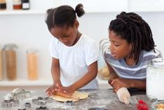 12 Ways Children Can Give Back This Holiday Season - Parenting Family Traditions, Christmas Traditions, World Food Programme, Soup Kitchen, Baking With Kids, Chores For Kids, Children In Need, Giving Back, Happy Kids