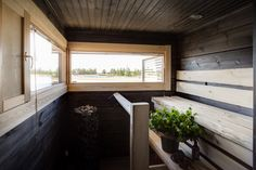 Tummaa ja vaaleaa on yhdistetty Villa Merenguen rantasaunassa. Sauna Design, Finnish Sauna, Spa Rooms, Home And Living, Villa, Bathtub, Cottage, Cabin, Windows