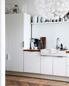 Eine Mischung aus offener und geschlossener Aufbewahrung, hier u. a. mit IKEA PS MASKROS Hängeleuchte, gestaltet den Raum abwechslungsreich.