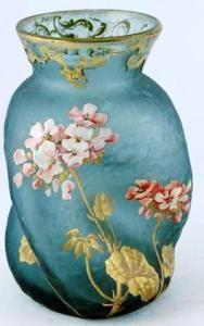 LEGRAS François-Théodore LEGRAS (1839-1916), vase à panse déformée torse et col évasé cerné de petites peignées or et gravé de volutes feuillagées rehaussées or, à fond givré vert, à décor émaillé et peint en polychromie d'hortensias en rose et blanc, et feuillage or. Non signée. Hauteur : 20 cm.