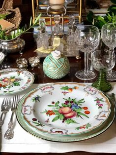 Dinning Set, Dining Room Table, Beautiful Table Settings, Green Table, Deco Table, China Patterns, Decoration Table, House And Home Magazine, Dinnerware